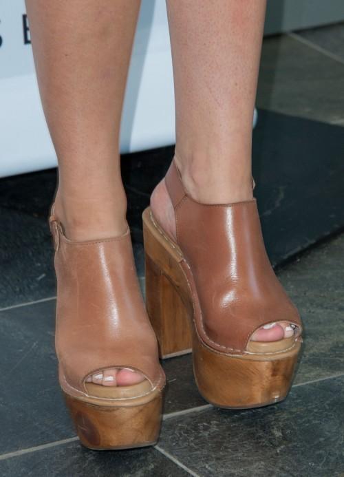 Addison-Timlin-Feet-25deba05a3dc3576f7.jpg