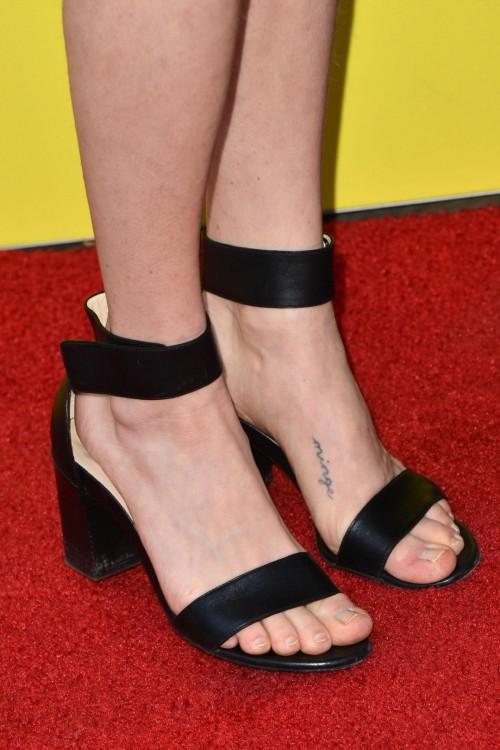Amanda-Seyfried-Feet-10a047f760ee863b97.jpg