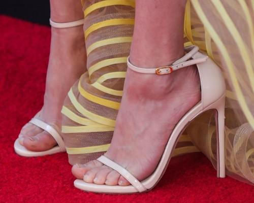 Amanda-Seyfried-Feet-12371ec6a4ad09470e.jpg