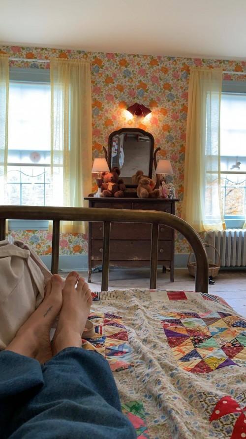 Amanda-Seyfried-Feet-1549d4540cda59c0d1.jpg