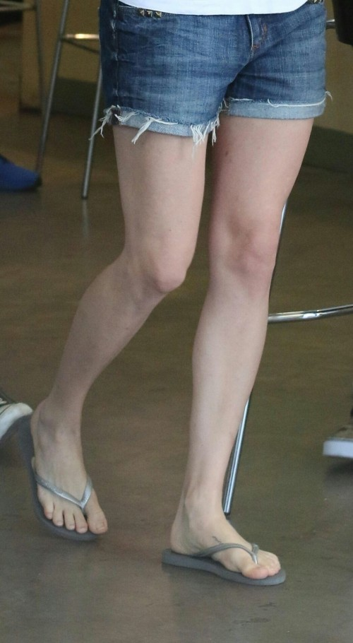 Amanda-Seyfried-Feet-23a034d54211588785.jpg