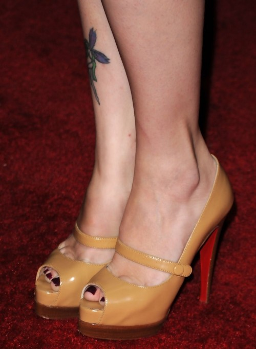Amber-Tamblyn-Feet-Close-up-802fd23342b3faf0e.jpg