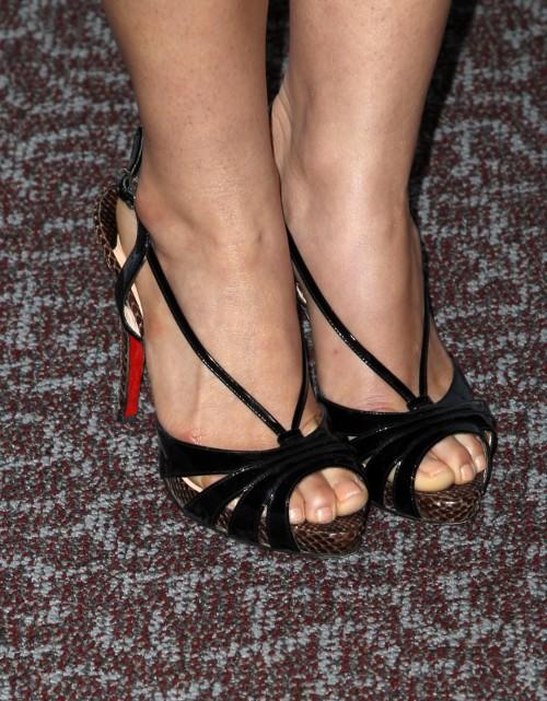 America-Ferrera-Feet-25b65c6cc24c8e2032.jpg