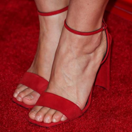 America-Ferrera-Feet-30b1a93f4f87d0bb1f.jpg