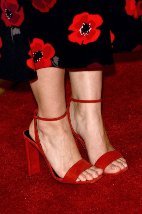 America-Ferrera-Feet-316420aab041310974.jpg
