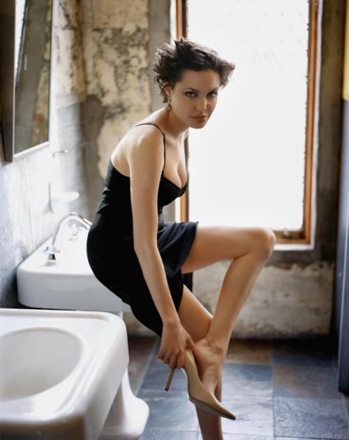 Angelina-Jolies-Feet-68852541a79a862d50.jpg