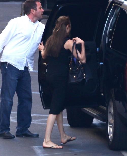 Angelina-Jolies-Feet-69cac102c6571097bb.jpg