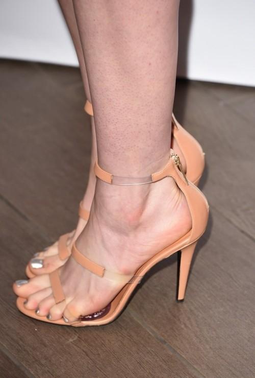 Anne-Hathaway-Feet-1043cfbe6d8489810c4.jpg