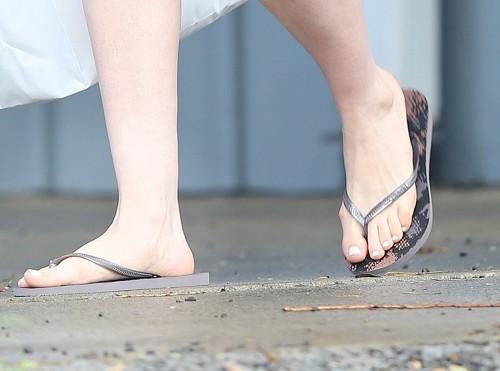 Anne-Hathaway-Feet-1160ce88200d9e5a141.jpg
