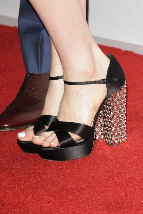 Anne-Hathaway-Feet-1197373d6178f52bd77.jpg