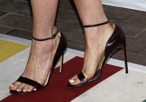 Anne-Hathaway-Feet-121823f1f28fc4a6bbf.jpg