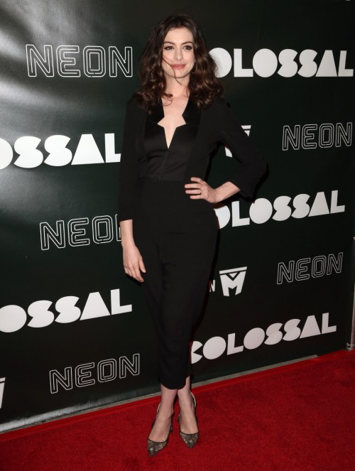 Anne-Hathaway-Feet-13091b9fd339456bccd.jpg