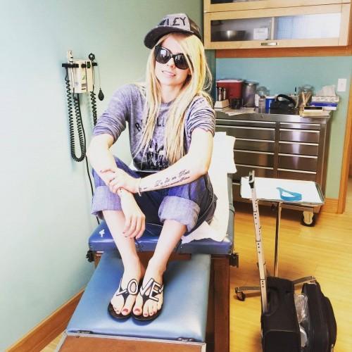 Avril-Lavigne-Feet-15b99bb67fdfc32b25.jpg