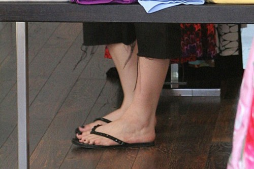 Avril-Lavigne-Feet-183202d382dfe52a7a.jpg