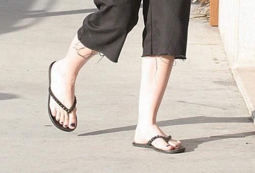 Avril-Lavigne-Feet-191730e293ff87a6f9.jpg