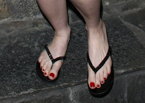 Avril-Lavigne-Feet-202ac4de001a3f7e05.jpg