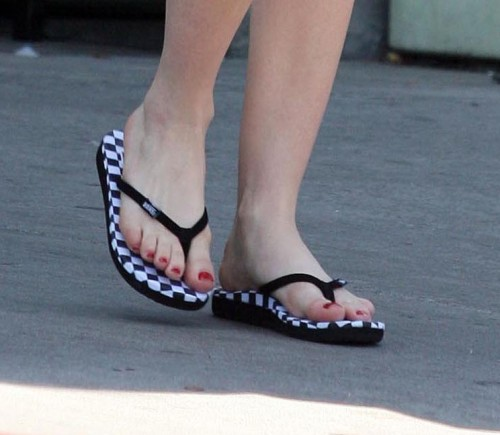 Avril-Lavigne-Feet-2173afd425c3128ef0.jpg