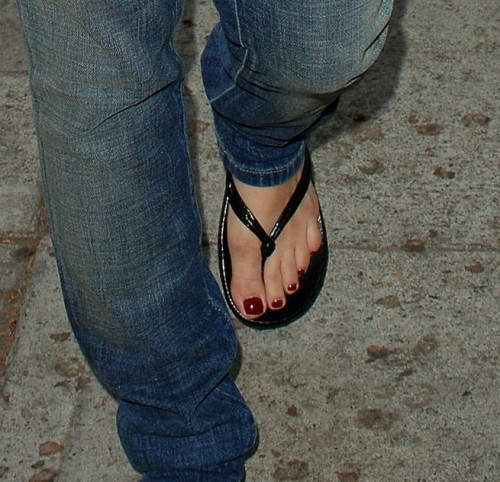 Avril-Lavigne-Feet-24fdf900a90365466f.jpg