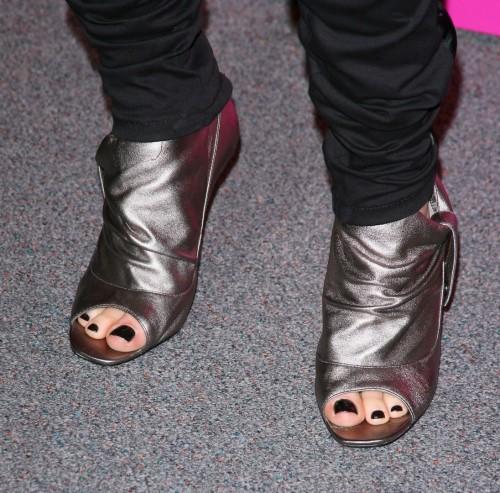 Avril-Lavigne-Feet-3eeea8d91857283a2.jpg