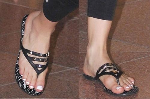 Avril-Lavigne-Feet-7307d43b3fa6a1ccf.jpg