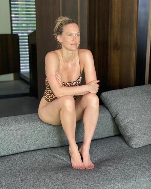 Bar-Refaeli-Feet-12ec6ef3406bc0595f.jpg