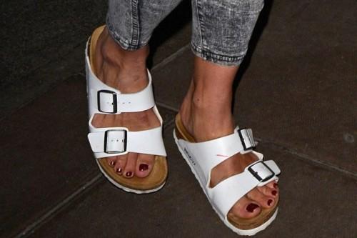 Billie-Piper-Feet-10c0fe2069446eb535.jpg