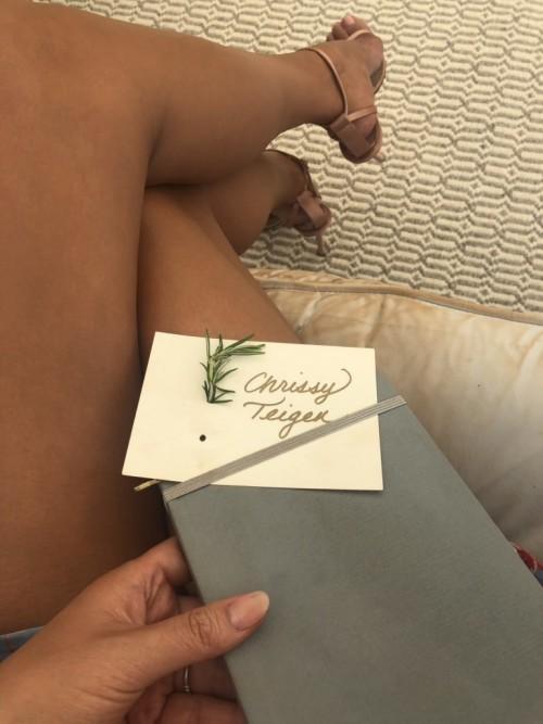 Chrissy-Teigen-Feet-445ee53e9b2fde6006.jpg