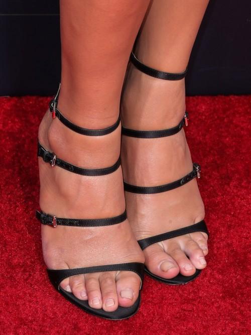 Chrissy-Teigen-Feet-Close-up-19ccc3f8669fc85a12.jpg
