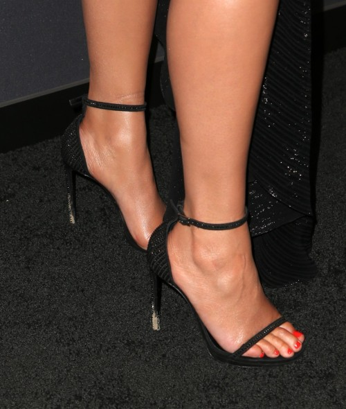 Chrissy-Teigen-Feet-Close-up-324f10b9a1f8f5f1ec.jpg
