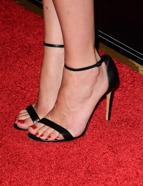 Dakota-Johnson-Feet-158ed15d26c308dec8.jpg