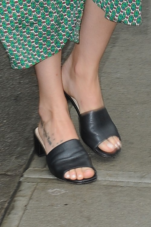 Dakota-Johnson-Feet-1939fbd653d0353c78.jpg