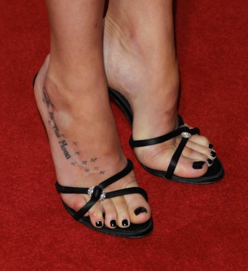 Dakota-Johnson-Feet-370a175dda7a2c5371.jpg
