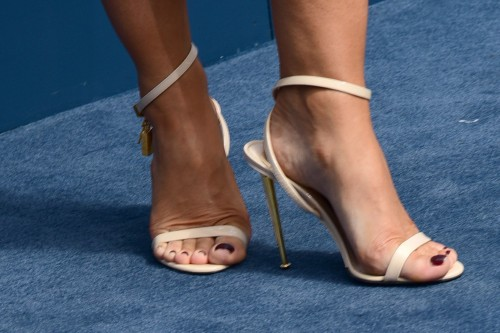 Elizabeth-Hurley-Feet-179e0479096a7f384e.jpg