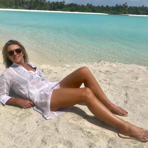 Elizabeth-Hurley-Feet-20f2e1007b79a8ab1a.jpg