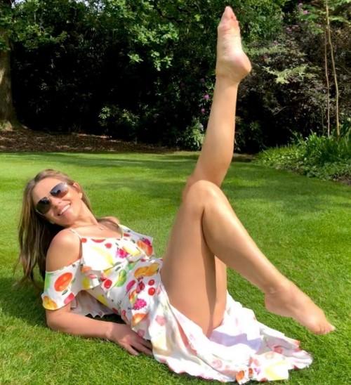Elizabeth-Hurley-Feet-2612b17fa65a724028.jpg