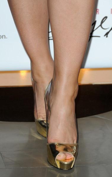 Elizabeth-Hurley-Feet-323ee90cf9eb77c72.jpg