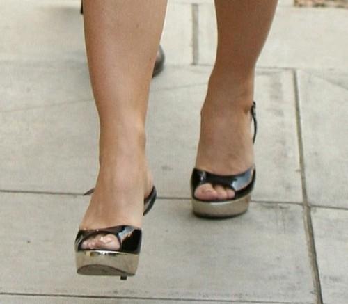 Elizabeth-Hurley-Feet-5d9f21ceafbcf5c35.jpg