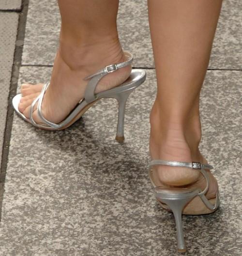 Elizabeth-Hurley-Feet-6ca1d204f1b08de60.jpg