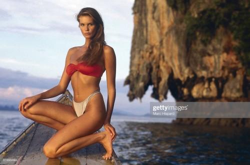Elle-Macpherson-Feet-2033c1a308aa52f6f1.jpg