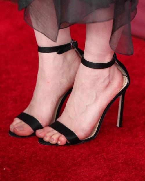 Emilia-Clarkes-Feet-1874bc1a7fcf9fab264.jpg