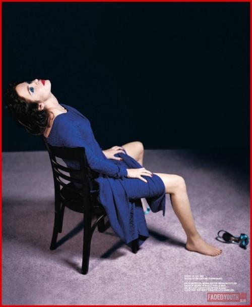 Emily-Blunts-Feet-44d391c182ec43a20e.jpg