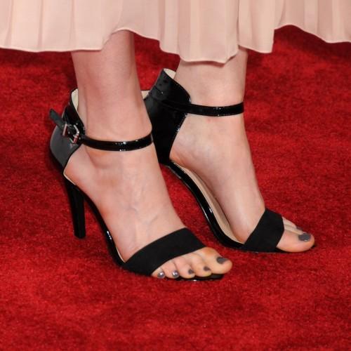 Emily-Deschanel-Feet-1d8a3e8937700edc5.jpg