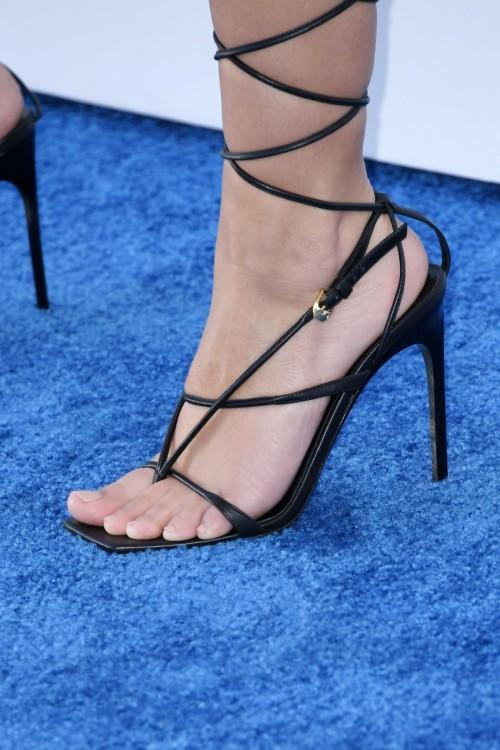 Emily-Ratajkowski-Feet-16b52361541d07f263.jpg