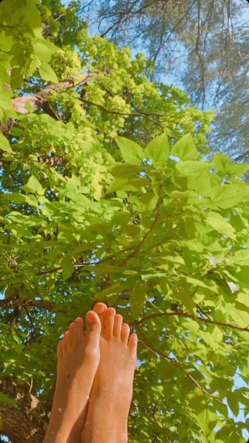 Emily-Ratajkowski-Feet-223252faa97278e2d6.jpg