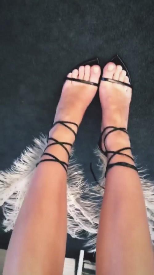 Emily-Ratajkowski-Feet-5654379cc3508ddc9.jpg