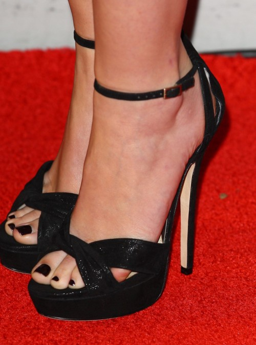 Emma-Watson-Toes-1bf22d2bd9cf931eb.jpg