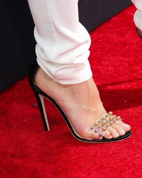 Emmanuelle-Chriqui-Feet-4059ec0afdeeb27f9f.jpg