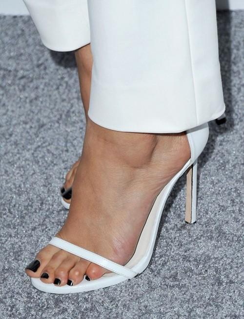 Emmanuelle-Chriqui-Feet-434a64f3e0072ff524.jpg