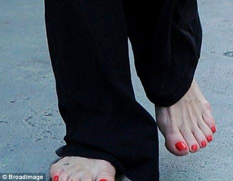 Goldie-Hawn-Feet-108d063d5328457132.jpg