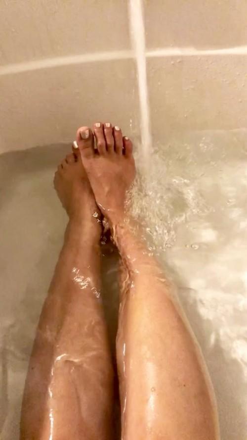 Janel-Parrish-Feet-4377ea5eb8e06a22c.jpg